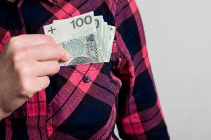 Kobieta wyciga polskie pienidze z kieszeni
